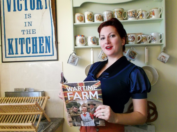 Wartime Farm Book with Kitten von Mew