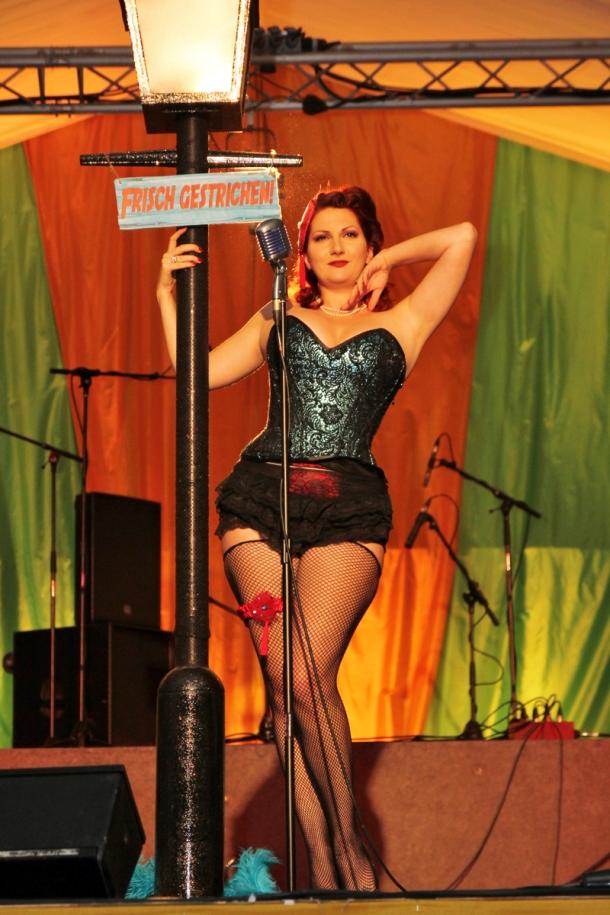 vintage-pinup-in-vollers-corset