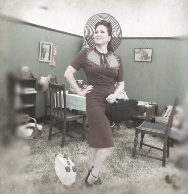 kitten von mew 1940's livingroom