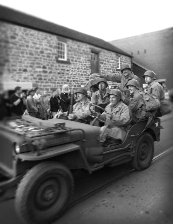 crich-1940s-weekend-soldiers-in-jeep