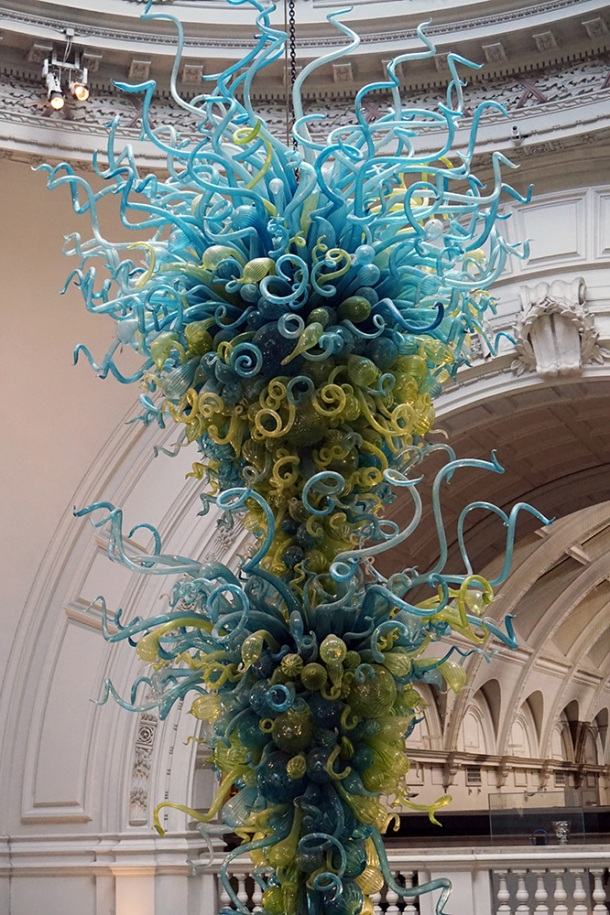 dale-chihuly-glass-chandelier-v-and-a-museum