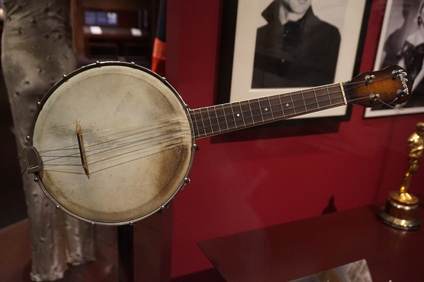 victoria-and-albert-museum-george-formby-banjo